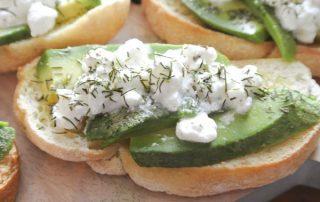 Bruschetta met avocado en huttenkase