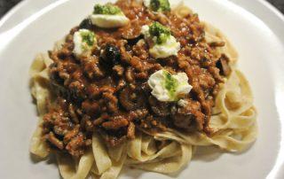 Verse pasta met tomaten, gehakt en olijven