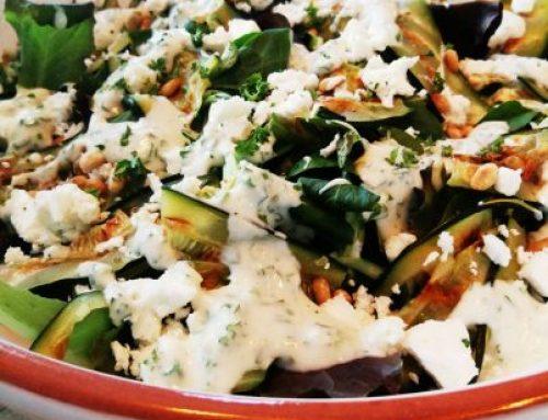 Salade met gegrilde courgette en kruidensaus