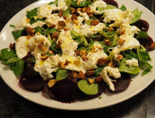 Salade met rode bietjes en burrata