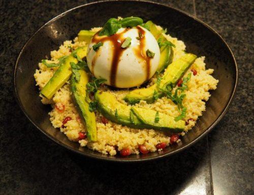 Couscous salade met granaatappel, gegrilde avocado en burrata
