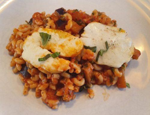Macaroni met halloumi en italiaanse kruidensaus