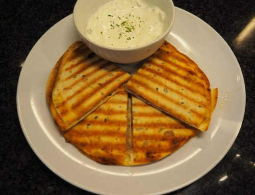 Quesadillas met tonijn en een frisse yoghurt dip